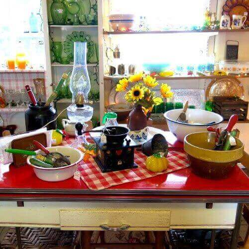 shopping-yesterdays-antiques-and-collectibles-inside